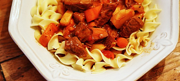 Slow Cooker Hungarian Goulash & Noodles