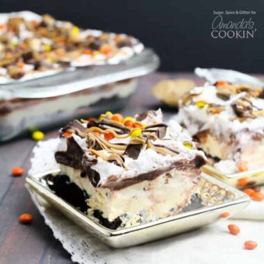 This easy no-bake chocolate peanut butter lasagna is bursting with peanut-butter-chocolate-goodness. You can never go wrong with peanut butter desserts!