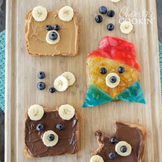 Making this bear toast doesn't require much time or skill which makes it the perfect food-craft to do with your kids in under 10 minutes!