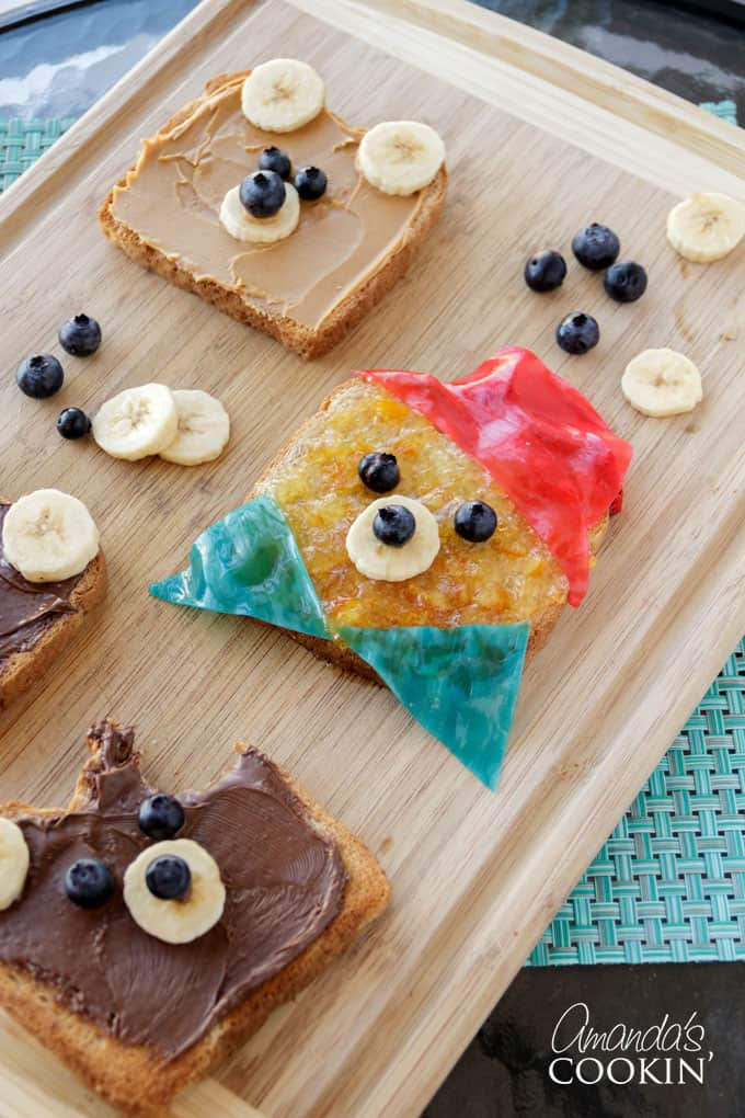 Making this bear toast doesn't require much time or skill which makes it the perfect food-craft to do with your kids!