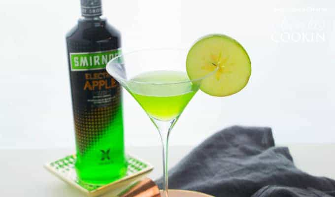 appletini with lime garnish