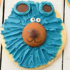 close up of cookie decorated like a bear