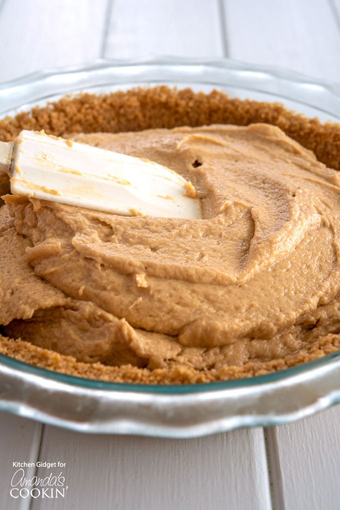 spread peanut butter mixture onto crust