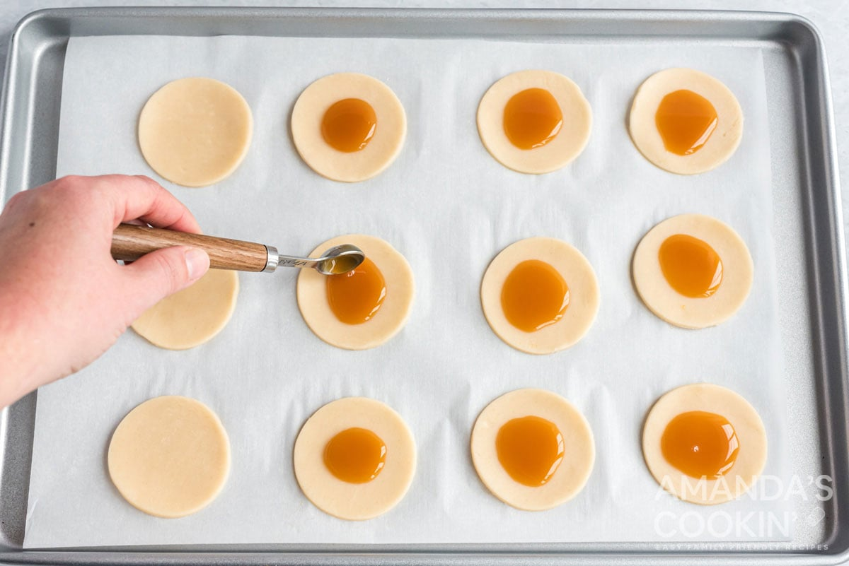 adding caramel to pie circles