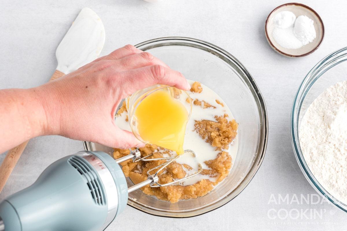 adding orange juice to bowl